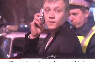 Girtas vairuotojas sugeba paskambinti ir iš cigarečių pakelio